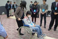 写真:段差のある所での車椅子の押し方、進み方を体験