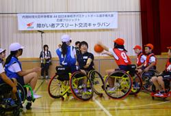 車椅子バスケットボールを体験する小学生たち