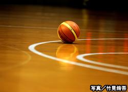 体育館に落ちているバスケットボール