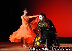 車いすダンスをする選手