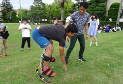 写真:義足体験をする学生
