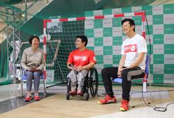 写真:トークショーのゲストは右から元ハンドボール日本代表キャプテン・東俊介氏と元パラアイスホッケー日本代表・上原大祐氏