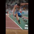 義足で力強く跳ぶイタリアの選手―アテネ2004パラリンピック競技大会にて