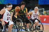 敵陣を駆けるオーストラリアの選手―北京2008パラリンピック競技大会