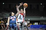 相手と競り合う網本麻里選手―2008国際親善女子車椅子バスケットボール大阪大会