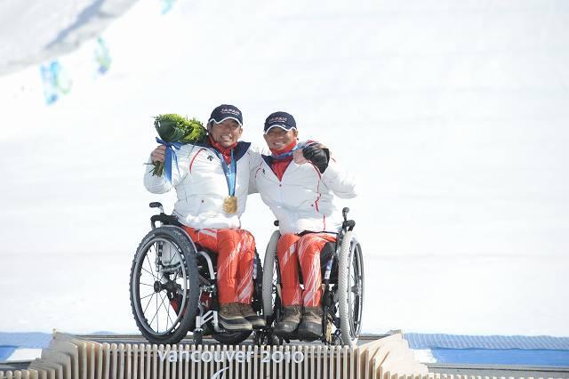 バンクーバー スーパー大回転座位・金メダルの狩野選手(左)と銅メダルの森井選手(右)