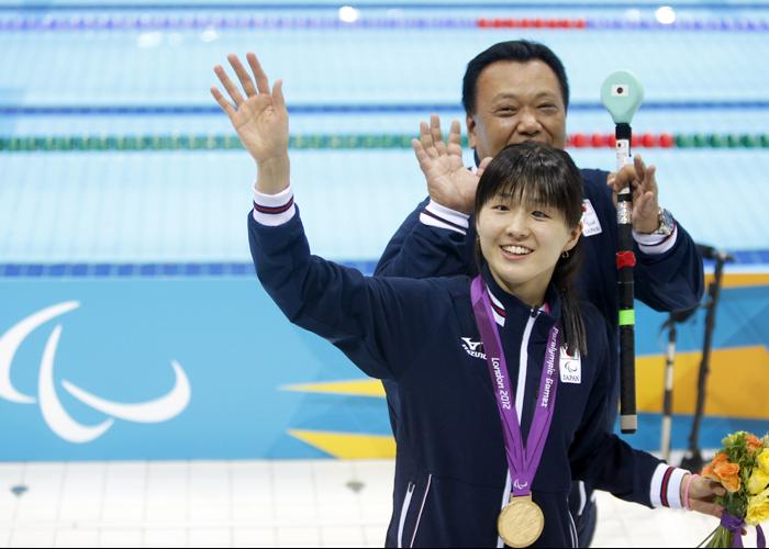 ロンドンパラリンピック 水泳 背泳ぎで金 秋山里奈・寺西コーチ  写真/竹見脩吾