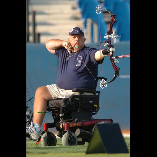 義手を支点に力強く弓を引き絞っていく―2004アテネパラリンピック競技大会