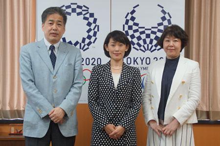 丸川珠代大臣と二宮清純(左)と伊藤数子編集長(右)