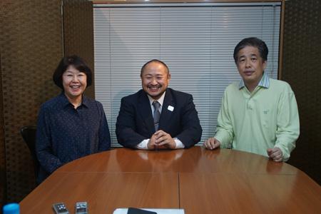 左から、伊藤数子、初瀬勇輔選手、二宮清純