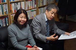 写真:伊藤数子(左)・二宮清純(右)