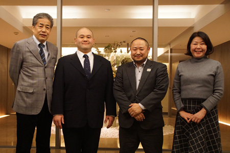 写真:左から二宮清純・棟田康幸・初瀬勇輔・伊藤数子