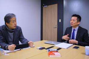 写真:二宮清純(左)・荒井秀樹(右)