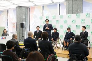 写真:花咲圭祐(中央)
