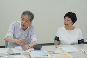 写真:二宮清純(左)、伊藤数子(右)