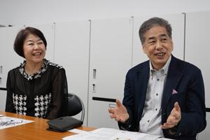 写真:左から伊藤数子(「挑戦者たち」編集長)、二宮清純
