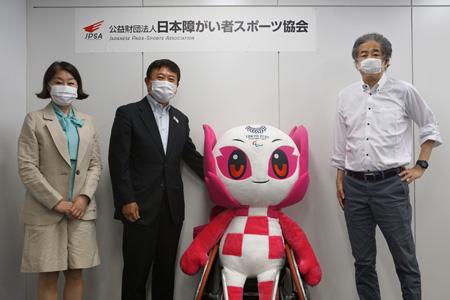 写真:左から伊藤・髙橋・二宮