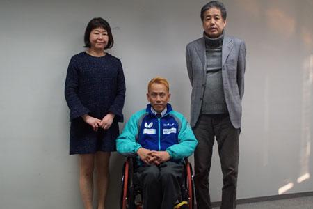 記念撮影をする吉田信一選手、二宮清純、伊藤数子編集長
