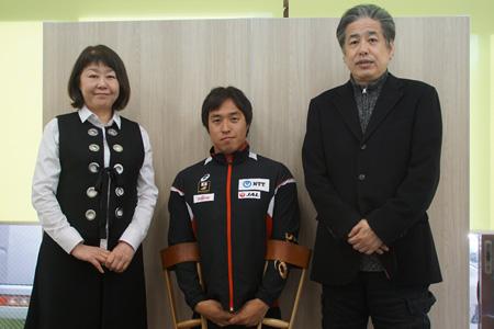 記念写真。木村潤平選手を中央に二宮清純と伊藤数子編集長