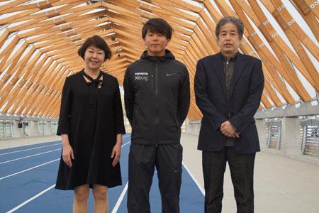 佐藤圭太選手、二宮清純、伊藤数子編集長。記念写真