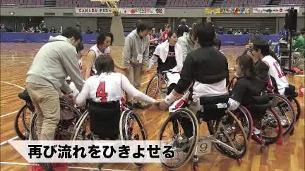 円陣を組む日本代表選手たち