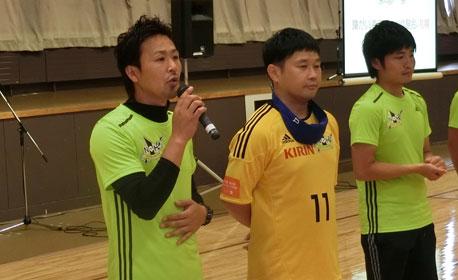左から、NPO法人セカンドサポート芳賀理事長、本間選手、高橋監督。