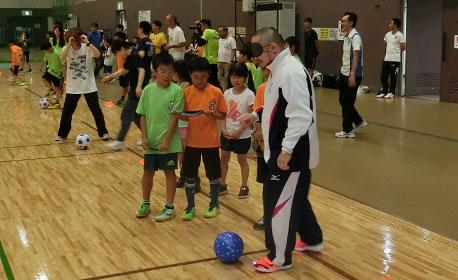 子どもたちと一緒に初瀬選手も参加。