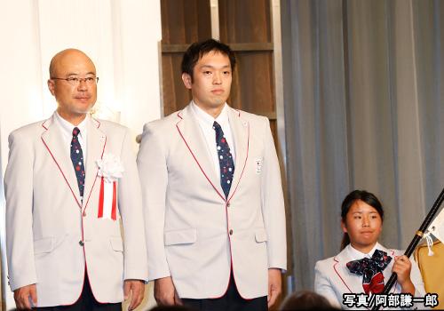左から日本代表選手団大槻洋也団長、藤本怜央主将、上地結衣旗手