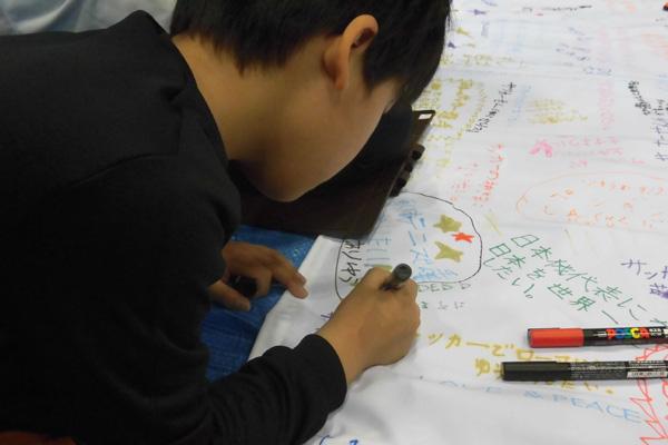 札幌、埼玉と繋いだ夢宣言フラッグに各々の夢を描く