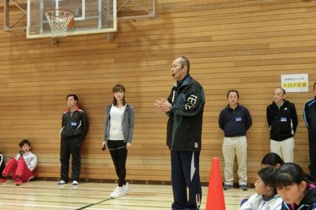 ゴールボールにつていて、参加者からの熱心な質問にこたえる小野さん <img alt=