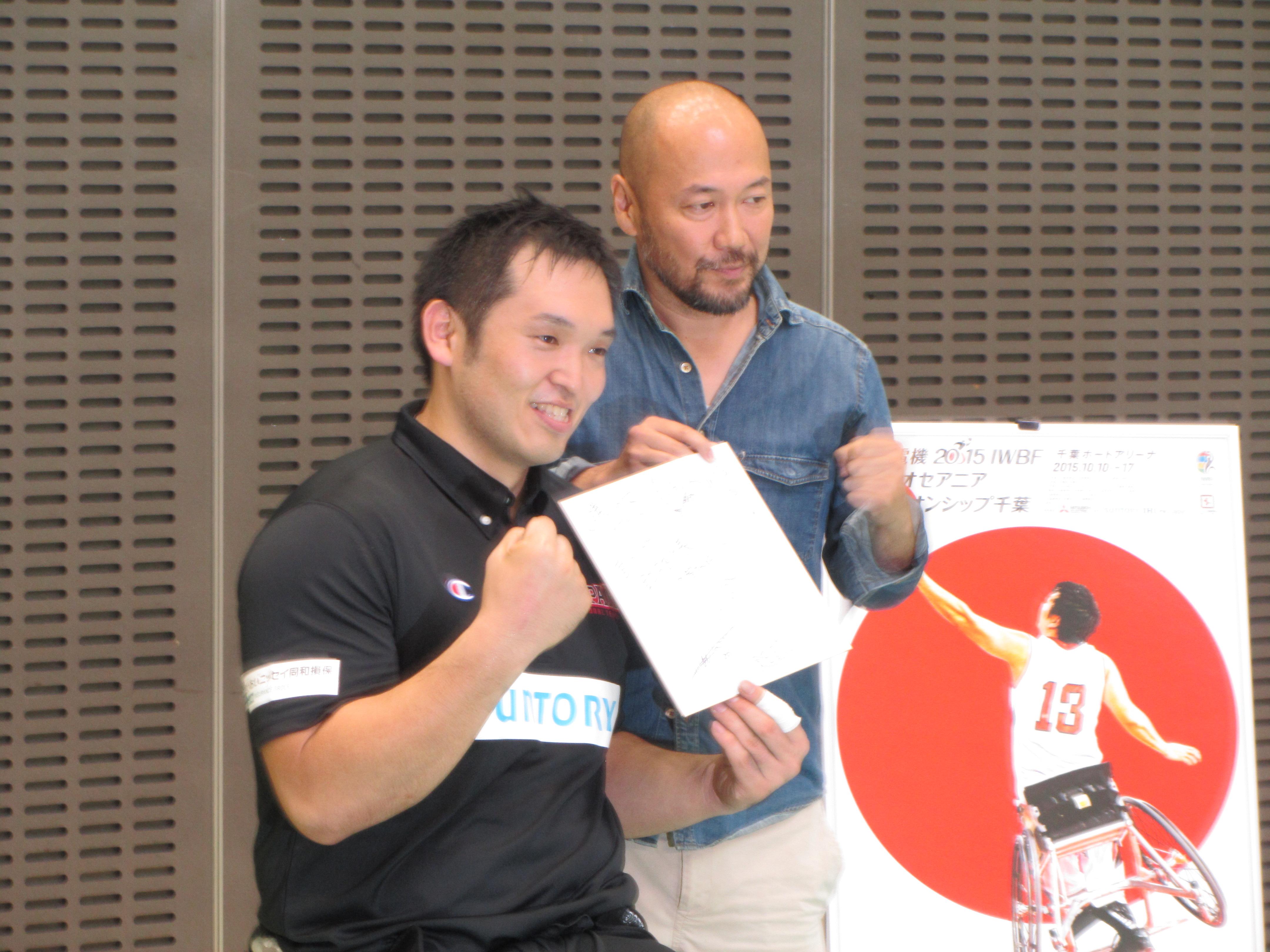 写真撮影に臨む井上雄彦氏、男子日本代表藤本選手
