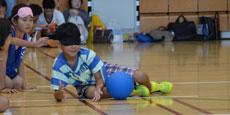ゴールボール体験会・笑顔の小学生