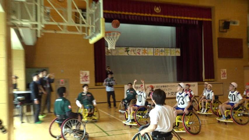 5・6年生の代表者によるミニゲーム、応援合戦も盛り上がった。